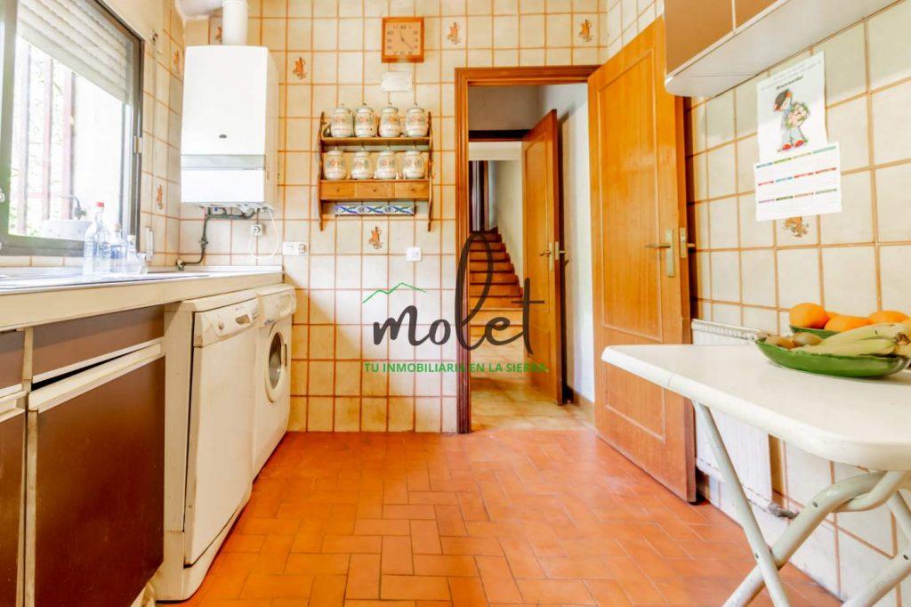 Una cocina y un baño.